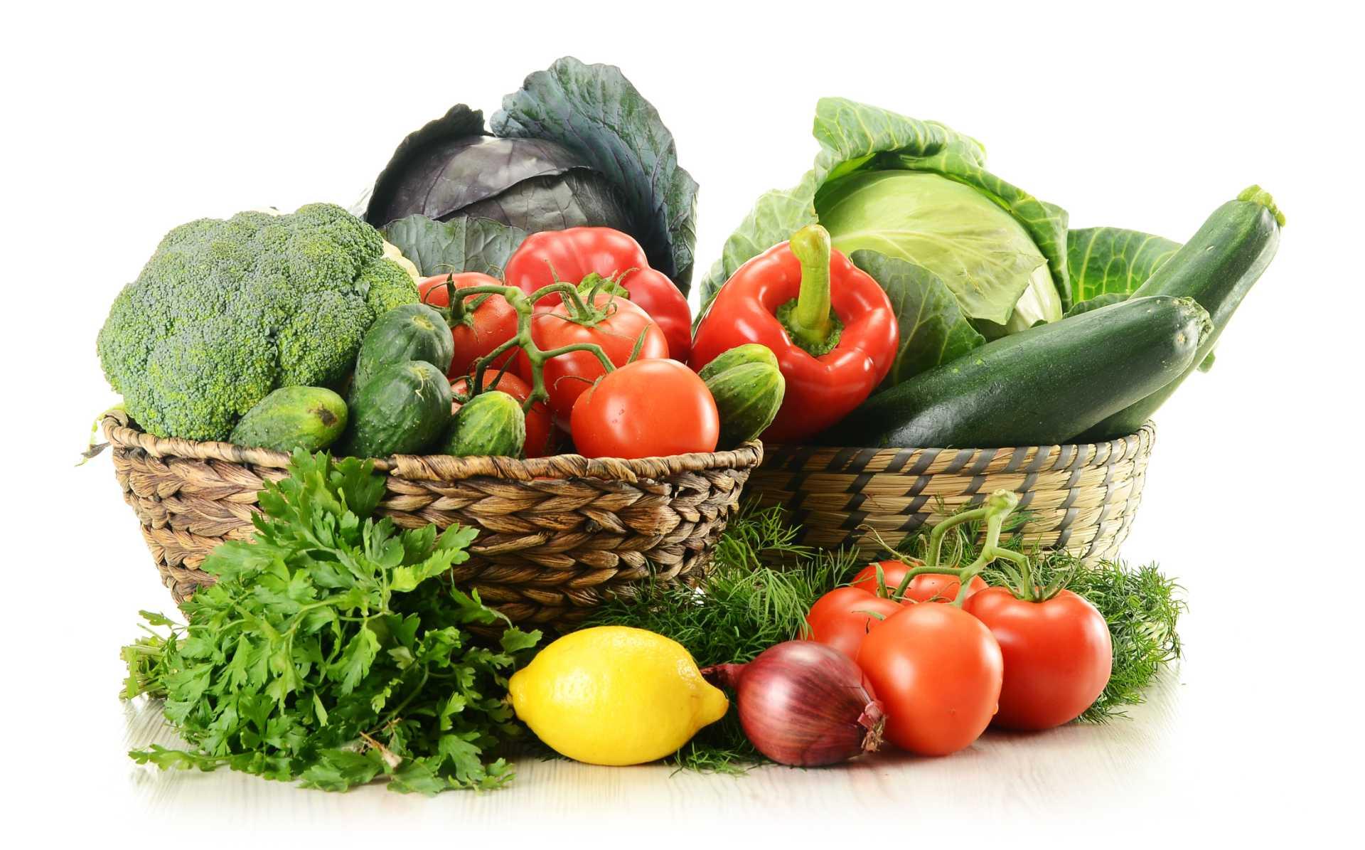 Cesto con assortimento di frutta e verdura