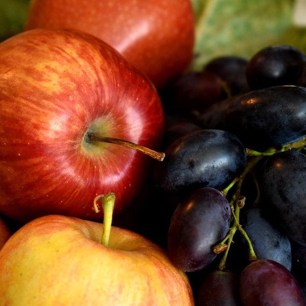 Mele rosse, gialle e uva nera