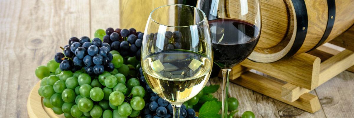 Due calici di vino bianco e nero