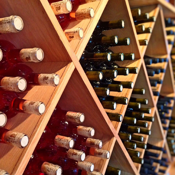 Cantina con selezione di bottiglie di vino